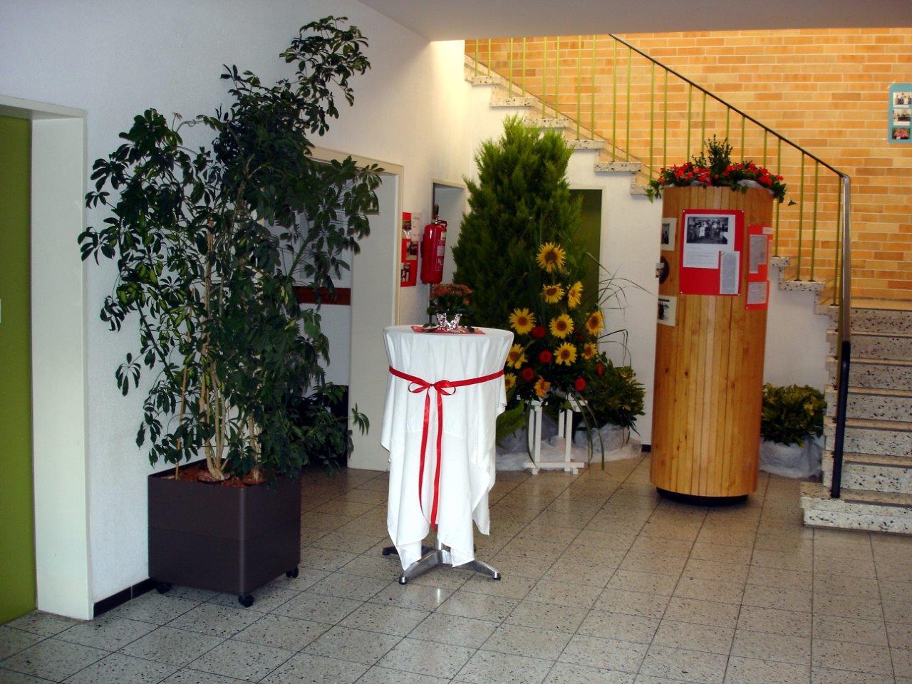 Festlich geschmückter Eingangsbereich