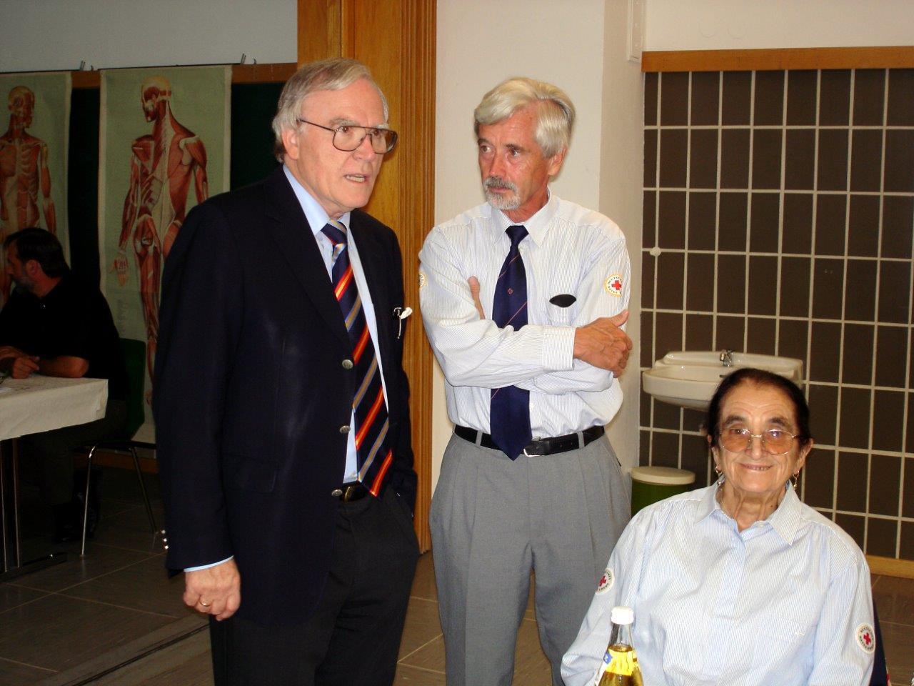 Dr. Götz Hartung (Vorsitzender des Kreisverband Ulm) mit unserem Gründungsmitglied Klara Sältze und Sohn Horst