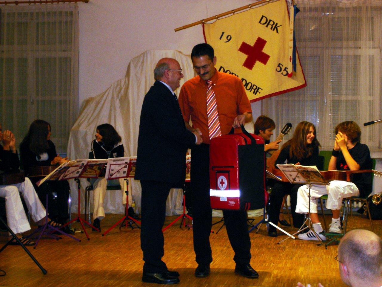 Übergabe eines neues Notfallrucksackes um die Ersthelfergruppe zu vergrößern