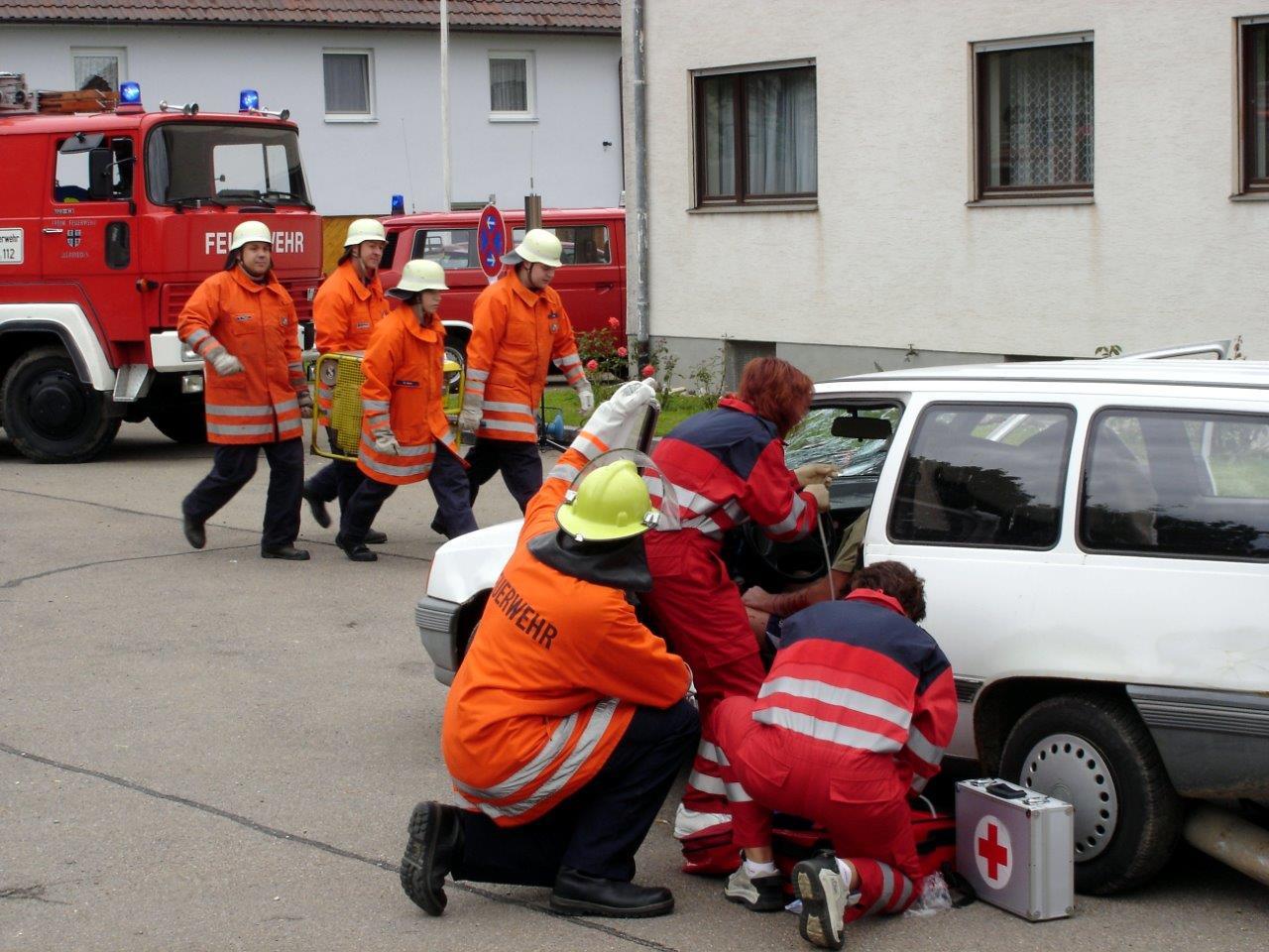 Absprache mit der Feuerwehr über die nächsten Schritte zur Rettung der Verletzen