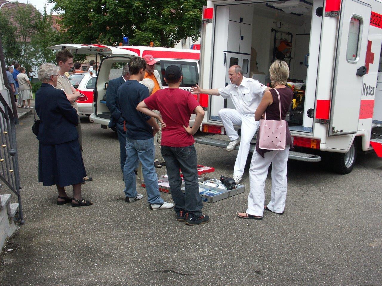 Ein Kollege des Rettungsdienstes erklärt den interessierten Besuchern den Rettungswagen